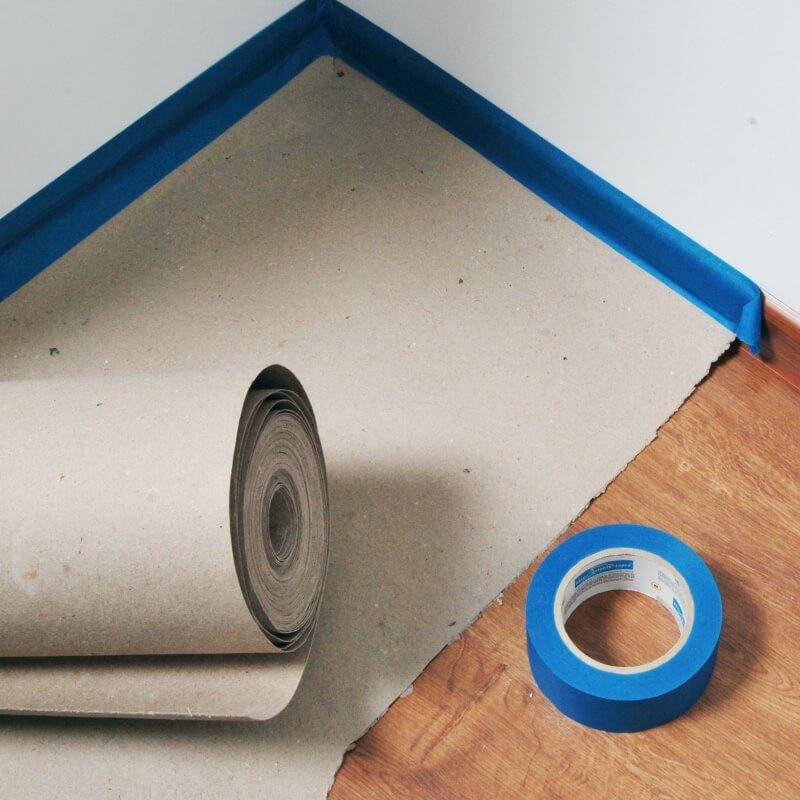 Zaščita tal pri pleskanju s pokrivnim kartonom TMB_04802 Dolphin